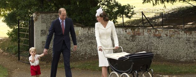 Prinz George, Prinz William, Herzogin Kate und Prinzessin Charlotte im Kinderwagen