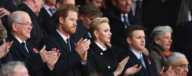 Prinz Harry und Fürstin Charlène auf der Tribüne bei einem Rugbyspiel in London