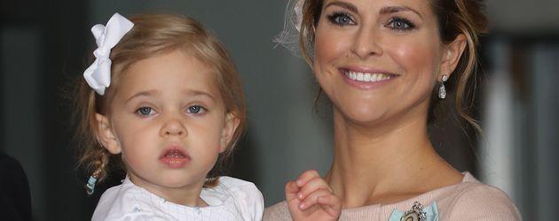 Prinzessin Madeleine und Prinzessin Leonore nach der Taufe von Prinz Oscar