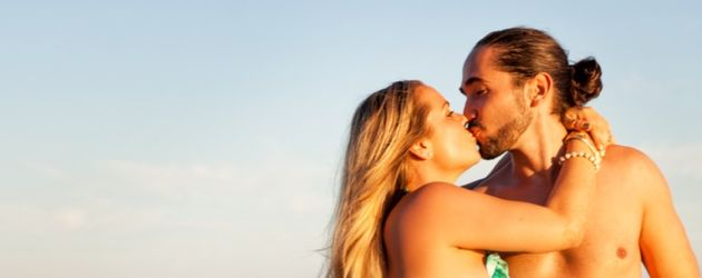 Rebecca Kratz mit ihrem Julio am Strand
