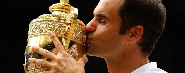 Roger Federer mit seinem Wimbledon-Pokal