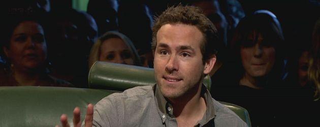 Ryan Reynolds gestikuliert