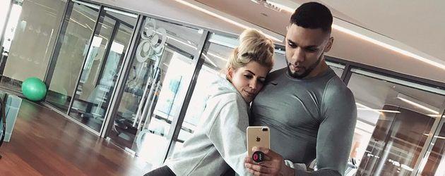 Sarah Nowak und Dominik Harrison im Fitnessstudio