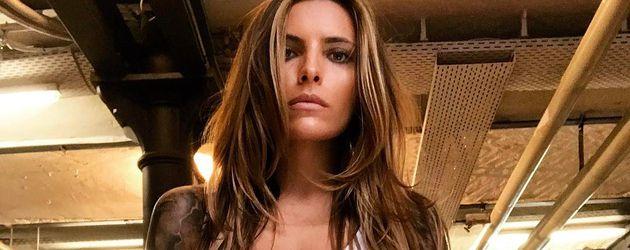 Größenwahn? Sophia Thomalla badet nackt in Geldscheinen