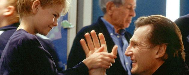 """Thomas Sangster und Liam Neeson in einer Szene von """"Tatsächlich... Liebe"""""""