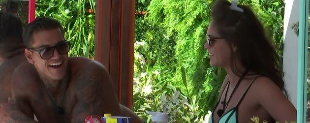 """Terry Walsh und Emma-Jane Woodham in einer Szene von """"Love Island"""""""