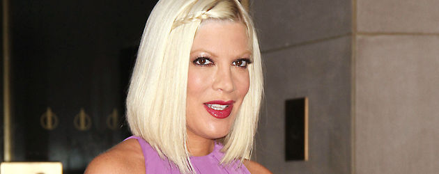 Tori Spelling in Flieder