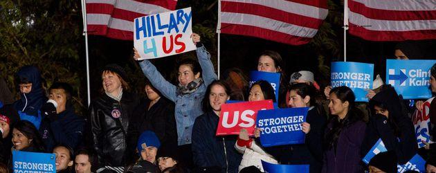 Unterstützer von Hillary Clinton, während des Wahlkampfes mit HIllary 4 US Schild