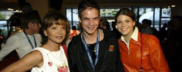 Uschi Glas mit ihren Kindern Ben und Julia Tewaag im Jahr 2002