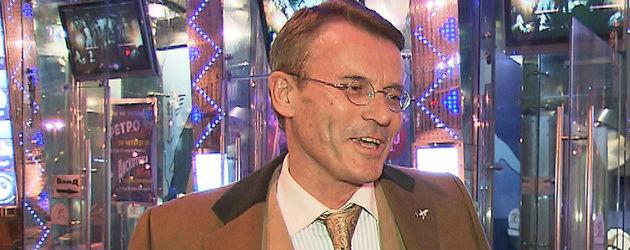 Walther in seinem braunen Mantel