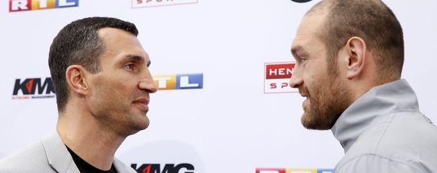 Wladimir Klitschko und Tyson Fury bei einer Pressekonferenz in Köln